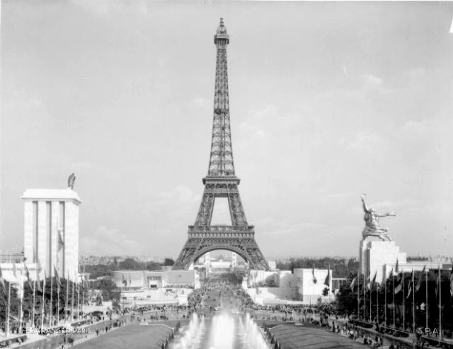 La_Tour_Eiffel_en_1937_contrast